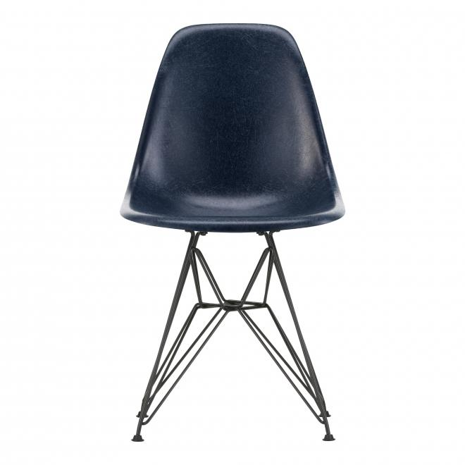 Eames Fiberglass Chair DSR Eames navy blue | basic dark pulverbeschichtet | Gleiter weiß Teppich